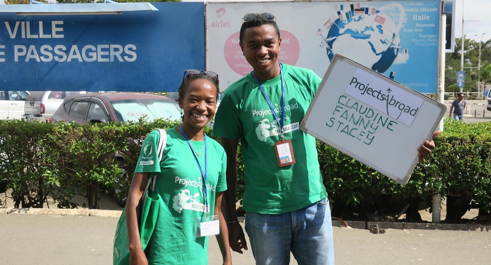Lokale Mitarbeiter/innen in den Zielländern nehmen Freiwillige am Flughafen in Empfang